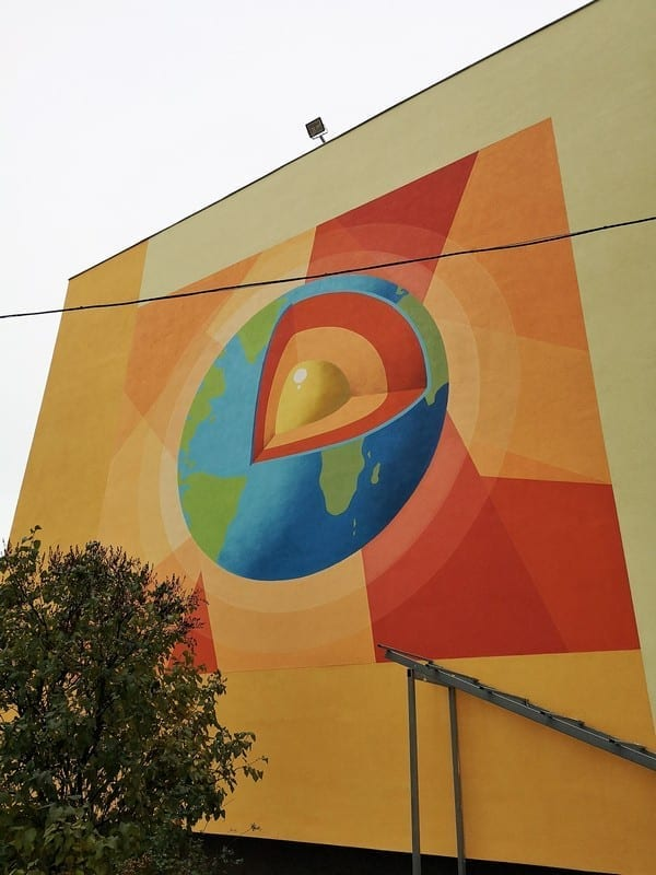 Логотип на фасаде школы