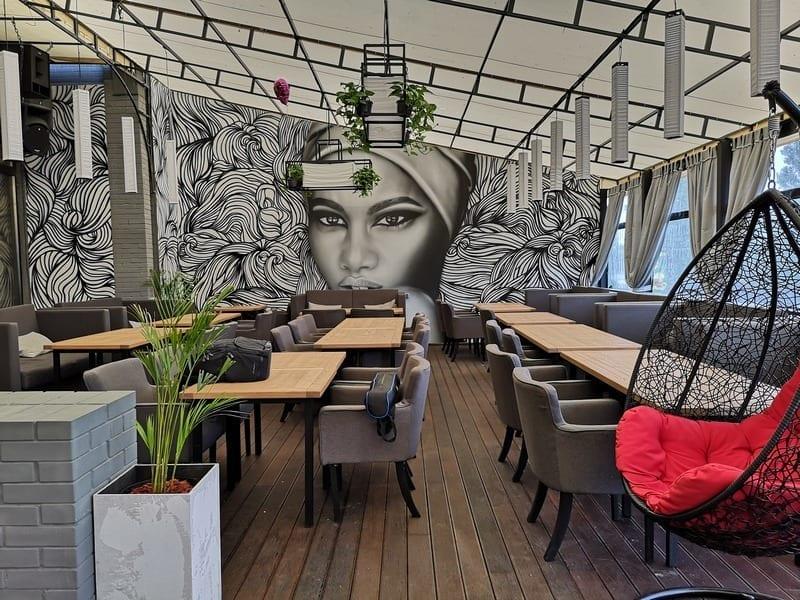 летняя терасса в ресторане SODA