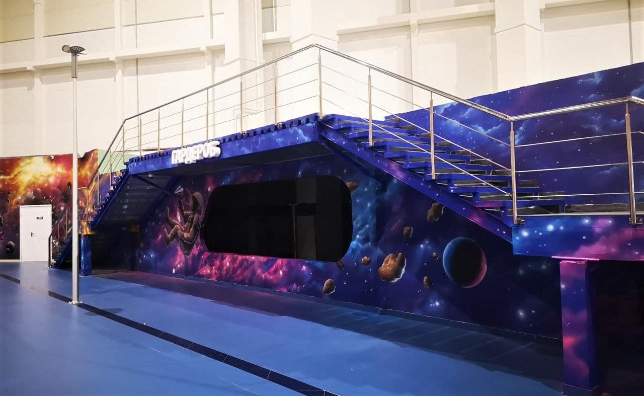 Роспись гардероба в cемейном парке развлечений Galaxy лестница
