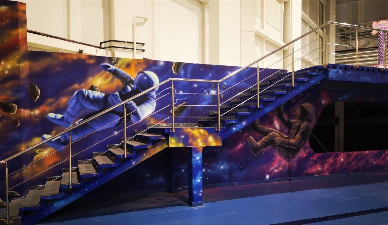 Роспись гардероба в cемейном парке развлечений Galaxy лестница вид сбоку