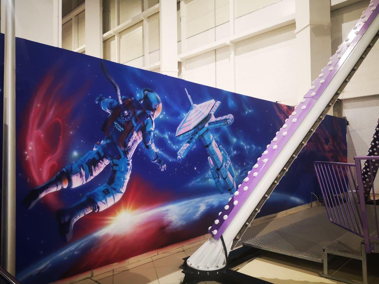 Роспись гардероба в cемейном парке развлечений Galaxy космонавт дальний план