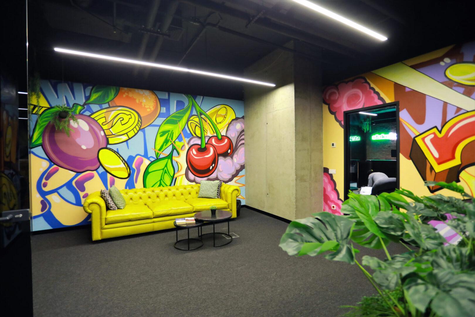Художественное оформление офиса IT компании диван