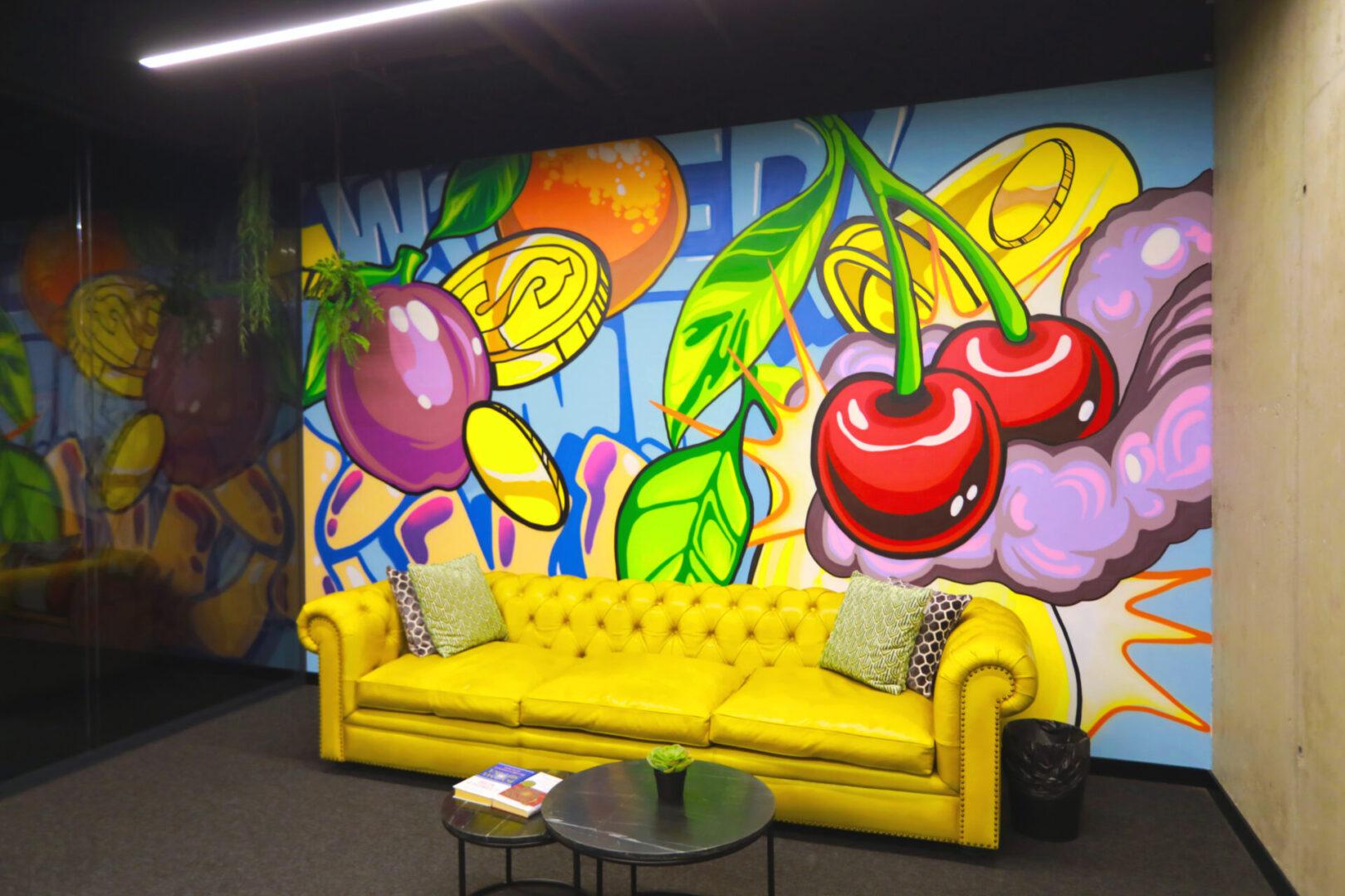 Художественное оформление офиса IT компании стена у дивана