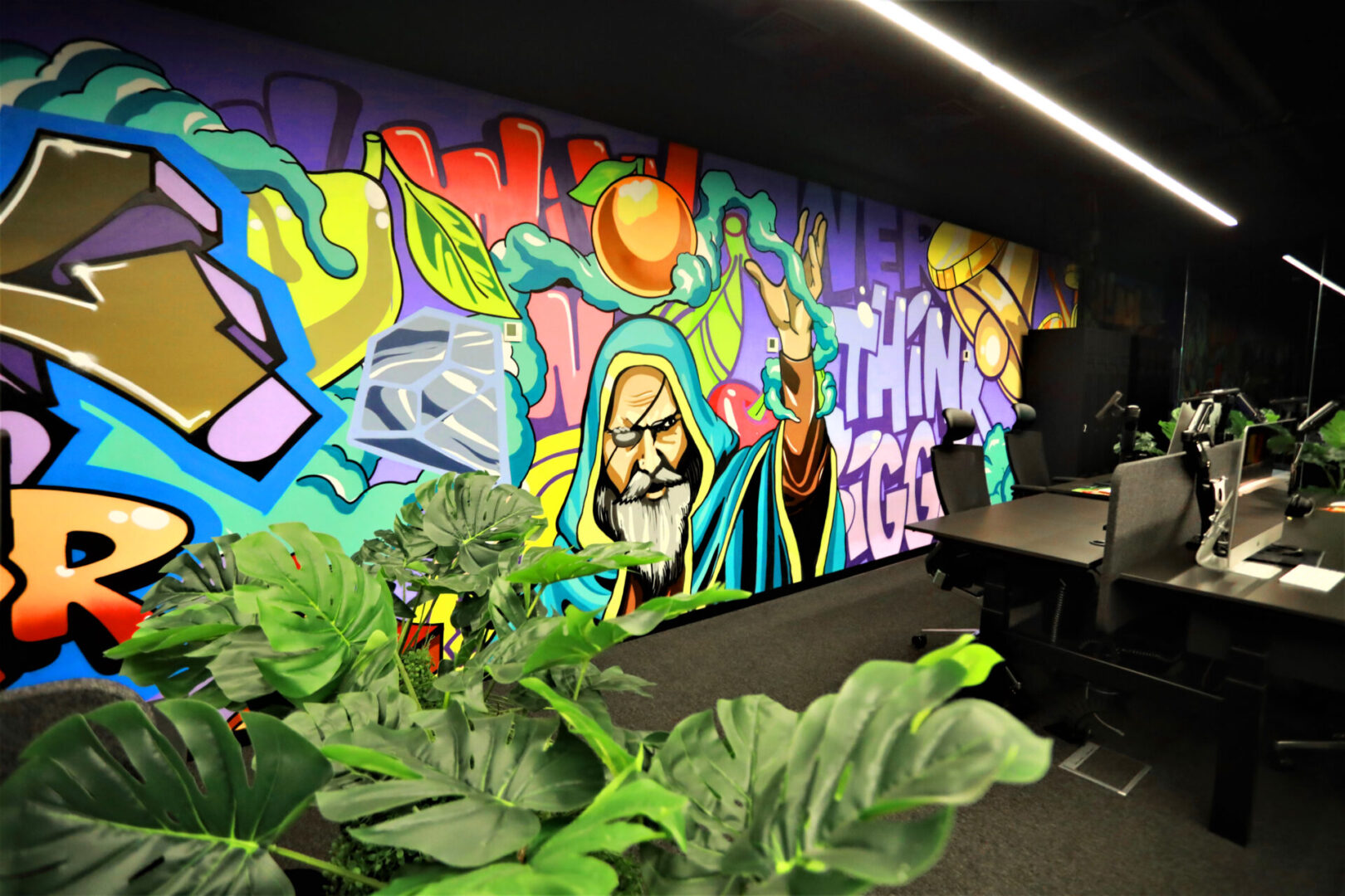 Художественное оформление офиса IT компании стена