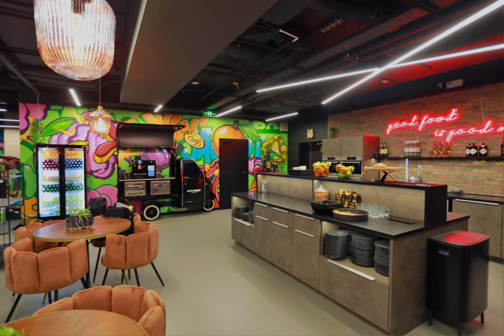 Художественное оформление офиса IT компании (часть 2) UT-ART STUDIO бар