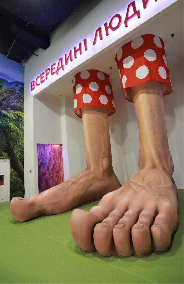 Художественное оформление аттракциона «Внутри человека» в парке развлечений «Galaxy» ноги