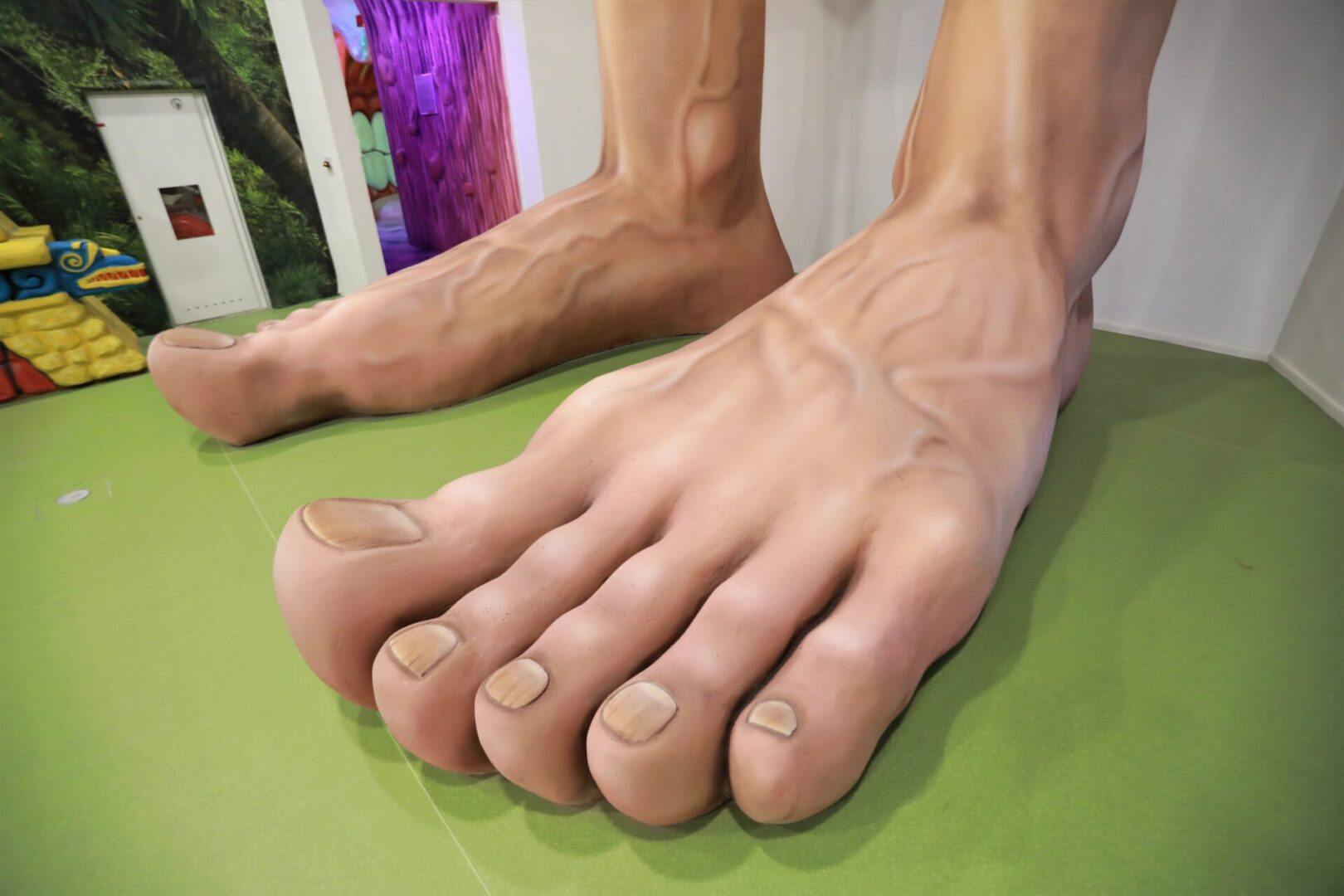 Художественное оформление аттракциона «Внутри человека» в парке развлечений «Galaxy» ноги крупный план