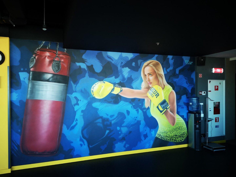 Роспись стен в спортзале офиса Епицентра спортсменка вид сбоку