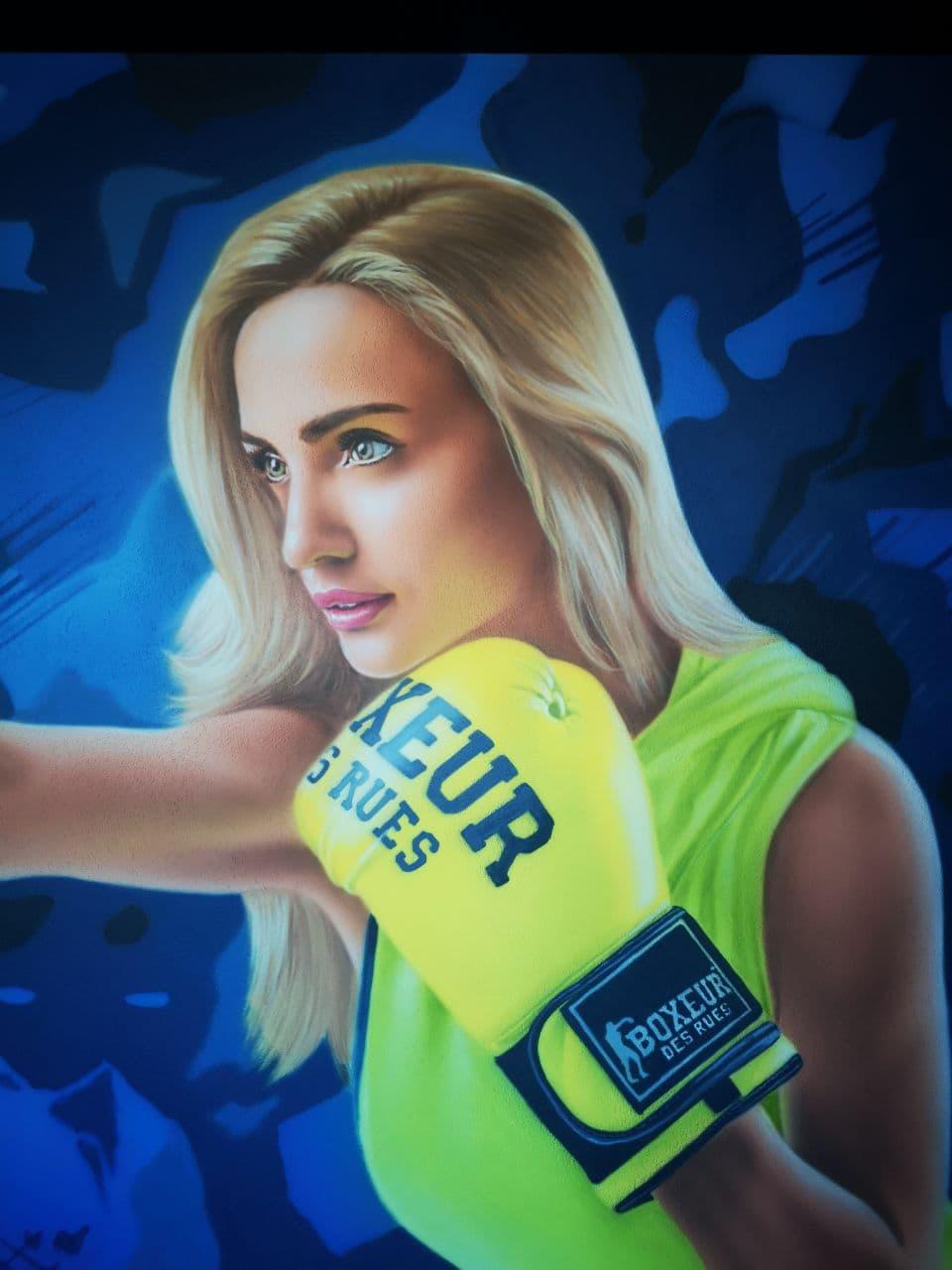 Роспись стен в спортзале офиса Епицентра UT-ART STUDIO спортсменка крупный план