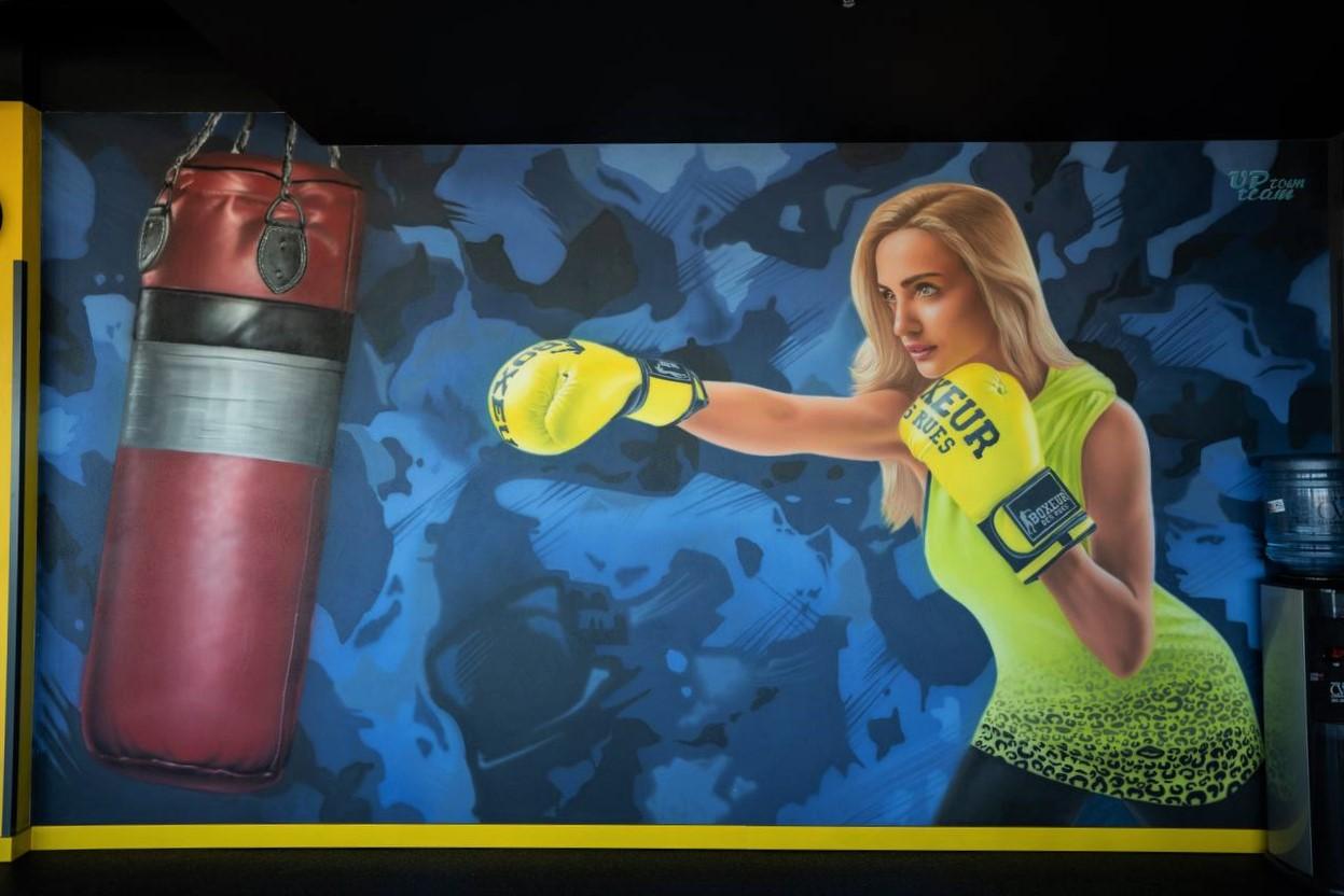 Роспись стен в спортзале офиса Епицентра спортсменка