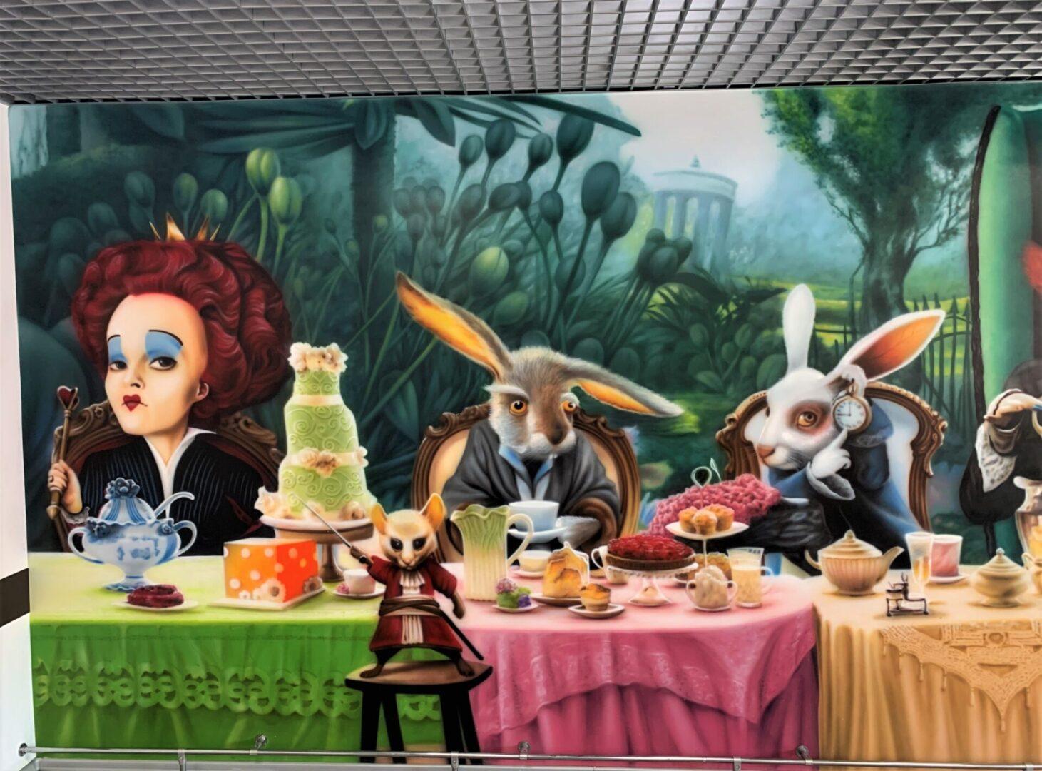 Роспись стен в столовой Новой почти в стиле «Алиса в стране чудес» зайцы