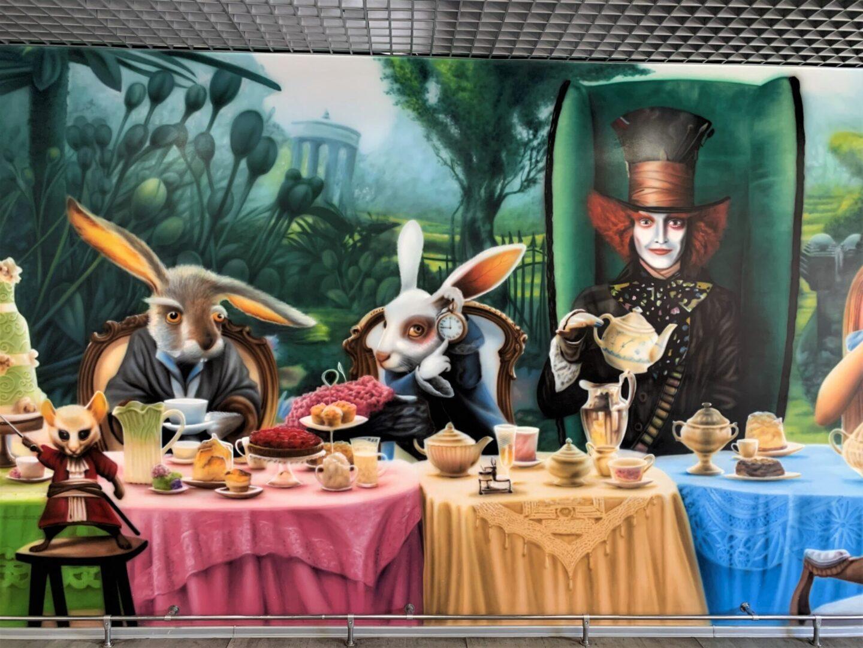 Роспись стен в столовой Новой почти в стиле «Алиса в стране чудес» кроль