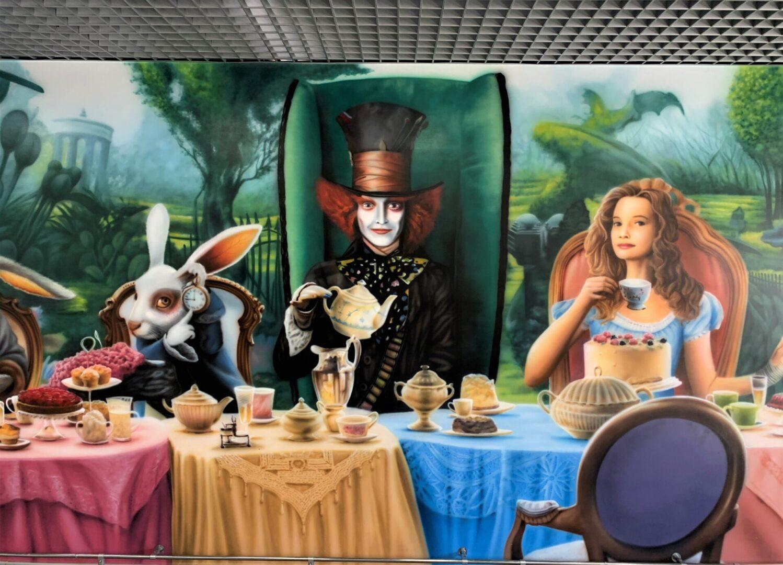 Роспись стен в столовой Новой почти в стиле «Алиса в стране чудес» шляпник