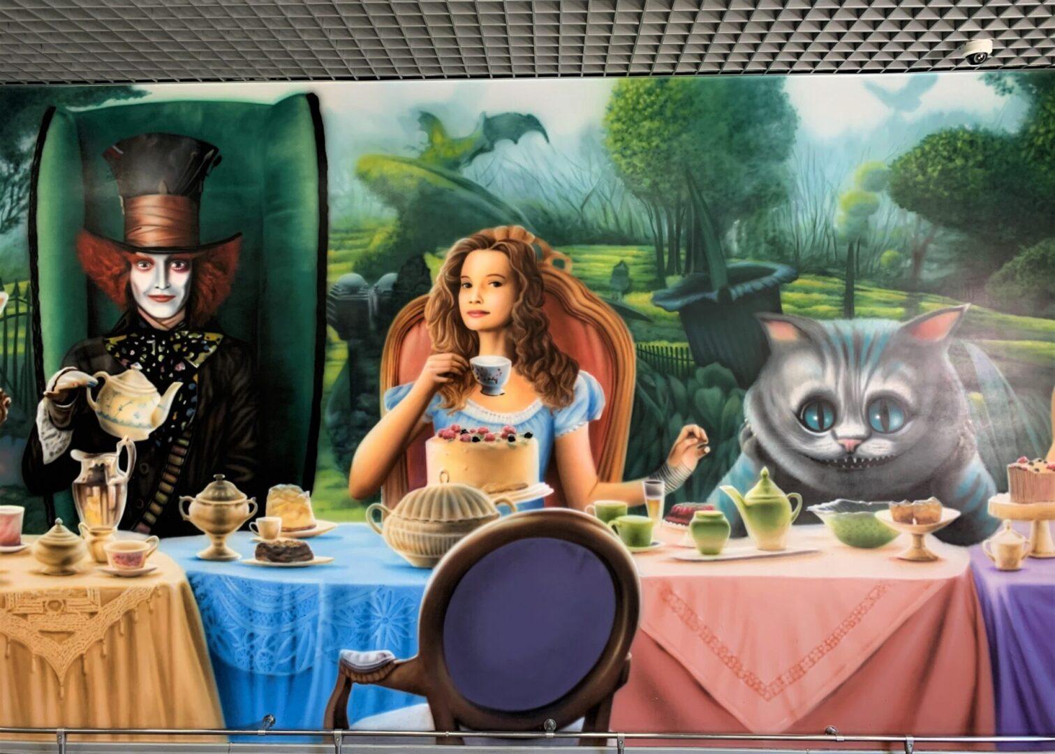 Роспись стен в столовой Новой почти в стиле «Алиса в стране чудес» Алиса