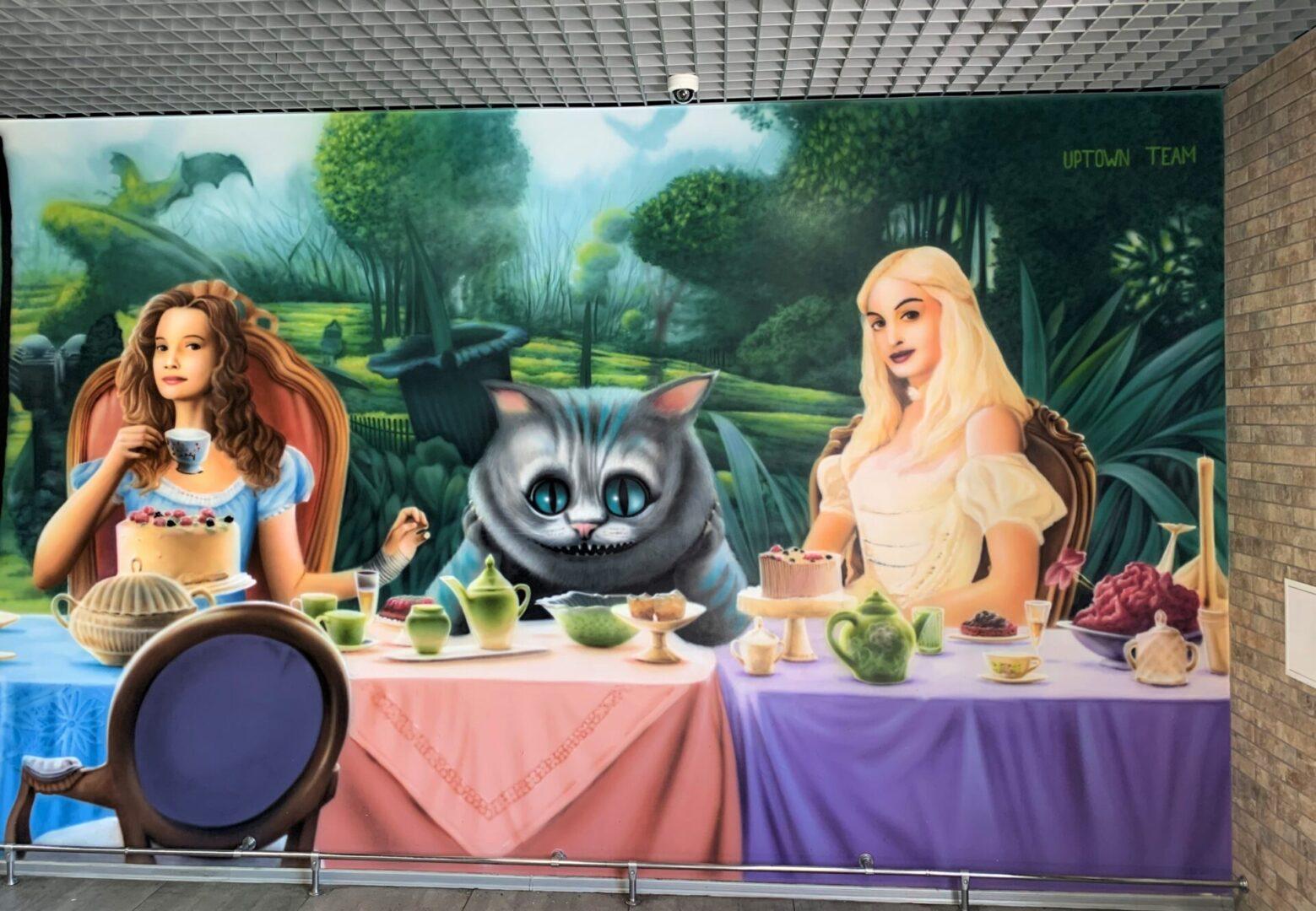 Роспись стен в столовой Новой почти в стиле «Алиса в стране чудес» кот