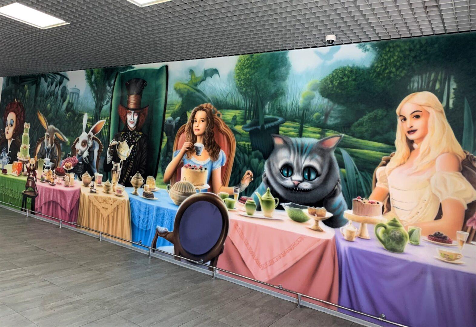 Роспись стен в столовой Новой почти в стиле «Алиса в стране чудес» Белая королева
