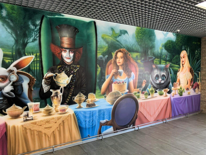 Роспись стен в столовой Новой почти в стиле «Алиса в стране чудес» вид сбоку 2