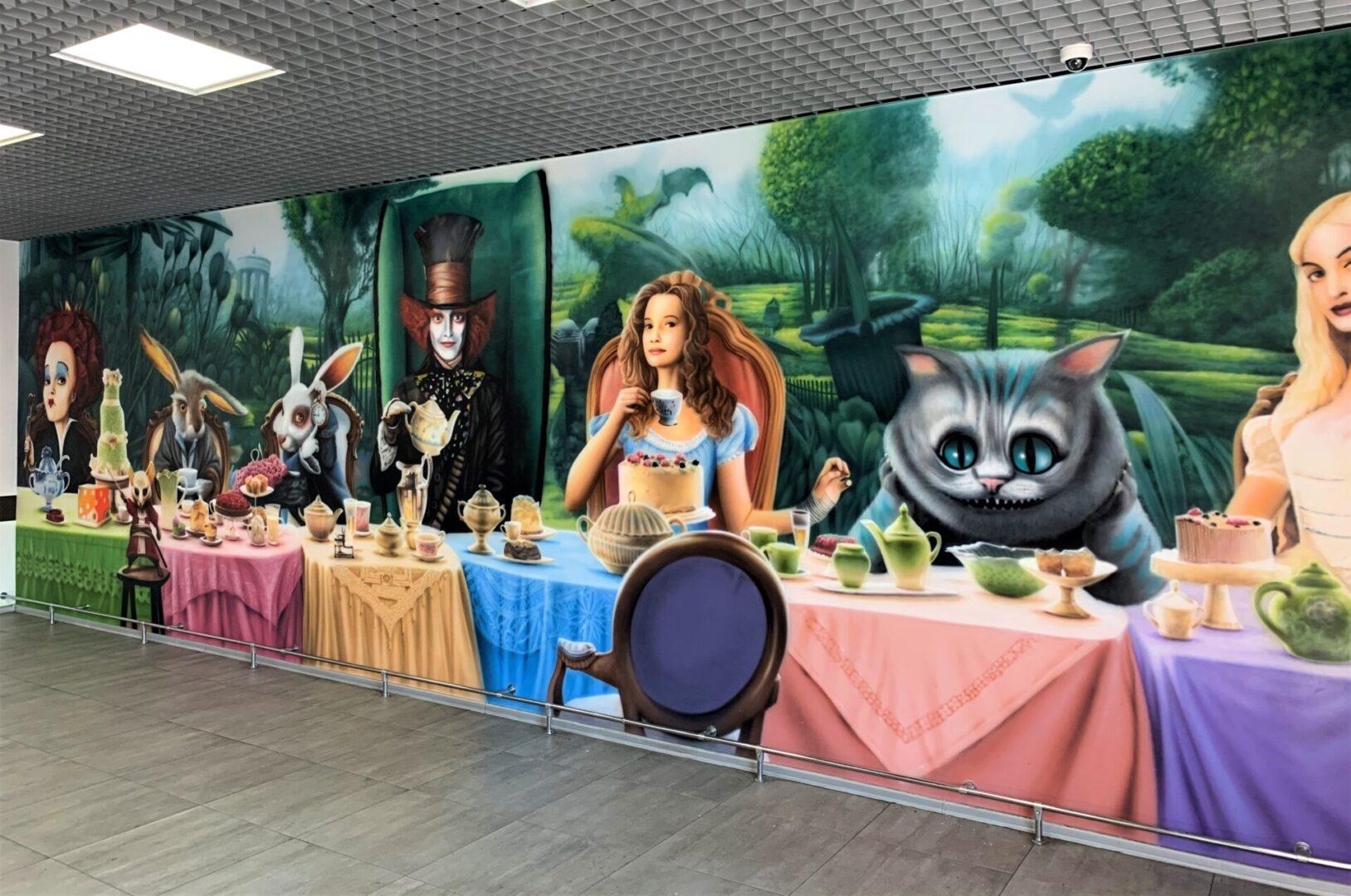 Роспись стен в столовой Новой почти в стиле «Алиса в стране чудес» общий план